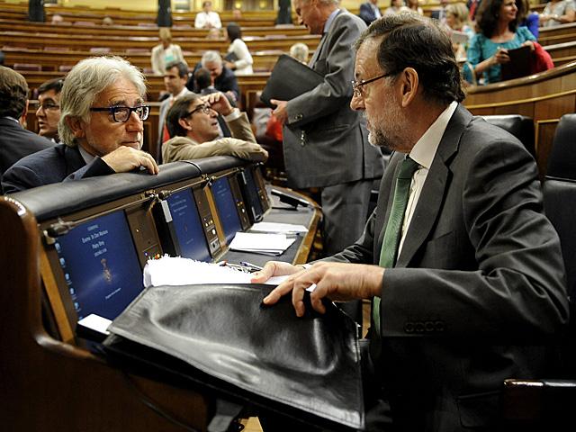 Rajoy charla con el diputado de CiU Sánchez Llibre en el Congreso.   Bernardo Dïaz