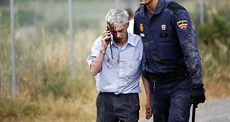Garzón, ayudado por un Policía tras el siniestro. | Óscar Corral / Reuters