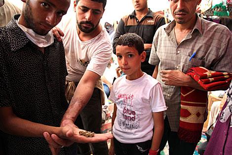 Partidarios de Mursi enseñan munición disparada contra ellos