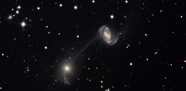 El par de galaxias enlazadas 'Arp104'. | NASA/APOD, M. Winder/W. Keller