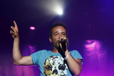 El cantante Santi Balmes, durante la actuación de Love of Lesbian. | Efe