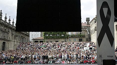 Cientos de compostelanos siguiendo el funeral. | Rosa González