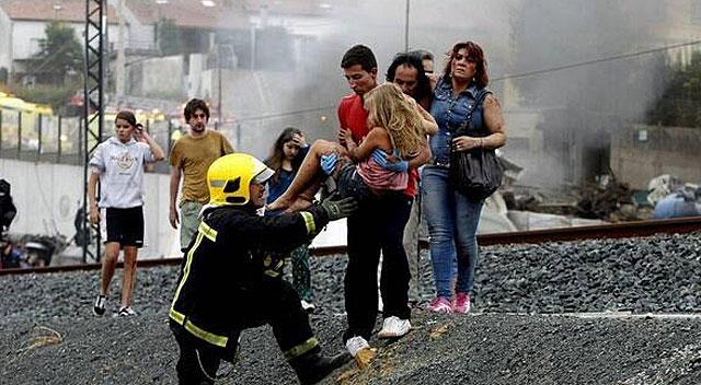 Los vecinos de Angrois ayudaron en las labores de rescate y auxilio de las víctimas del tren siniestrado.