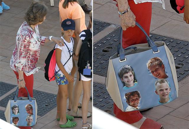 La Reina con su original bolso.| Efe