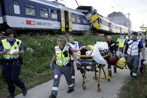Los servicios de emergencia trasladan a una de los heridos en la colisión.|Reuters