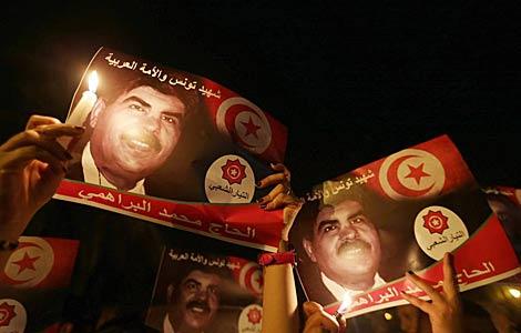 Los manifestantes levantan la imagen del fallecido Mohamed Brahmi.   Efe