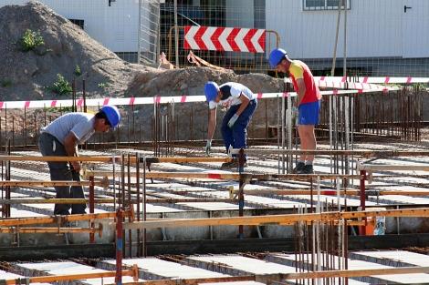 Varias personas trabajan en el sector de la construcción en Almería. | M.C.