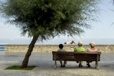 Ancianos sentados frente al mar. | Iñaki Andrés