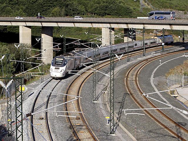 El primer tren en pasar por la curva donde descarriló el Alvia. | Rosa González