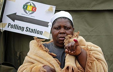 Una residente del distrito de Mbare espera para votar. | Efe
