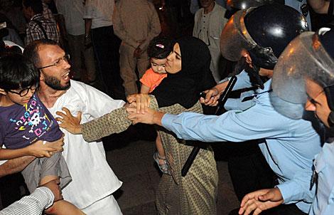 Uno de los manifestantes con su hijo. | Fadel Senna / Afp