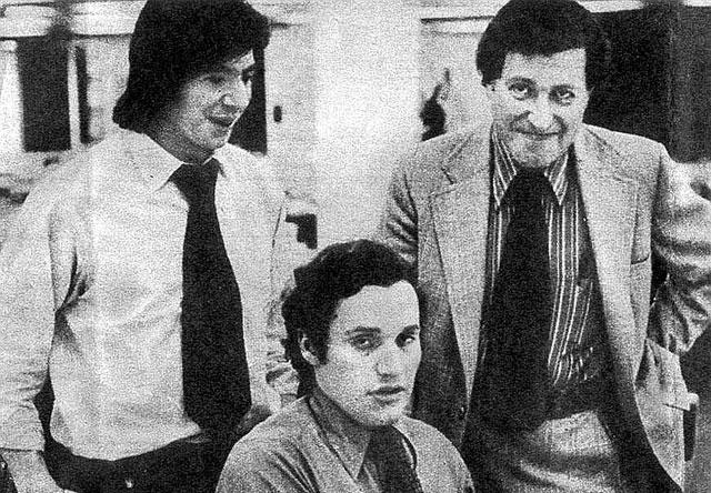 Barry Sussman, de pie a la derecha, junto a los periodistas Bernstein y Woodward.