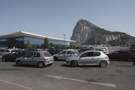 Las colas para salir de Gibraltar se han alargado hasta cinco horas estos días.   F. Ledesma