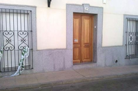 Puerta de la vivienda donde se produjo el crimen en Villafranca de los Barros. | Efe
