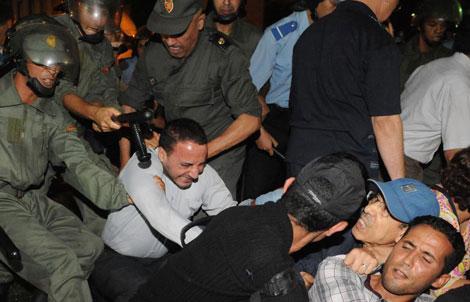Enfrentamientos entre agentes y manifestantes contra el indulto en Rabat. | Afp