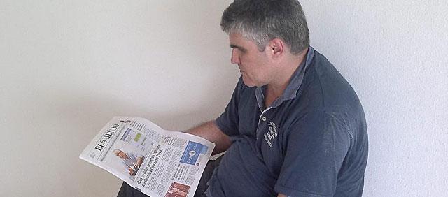 Carlos Payá lee la entrevista a Ángel Carromero en EL MUNDO.