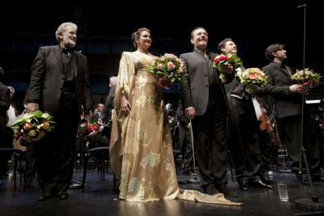 Plácido Domingo con el elenco de Juana de Arco.| El Mundo