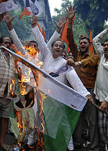 Quema de banderas paquistaníes. | Reuters