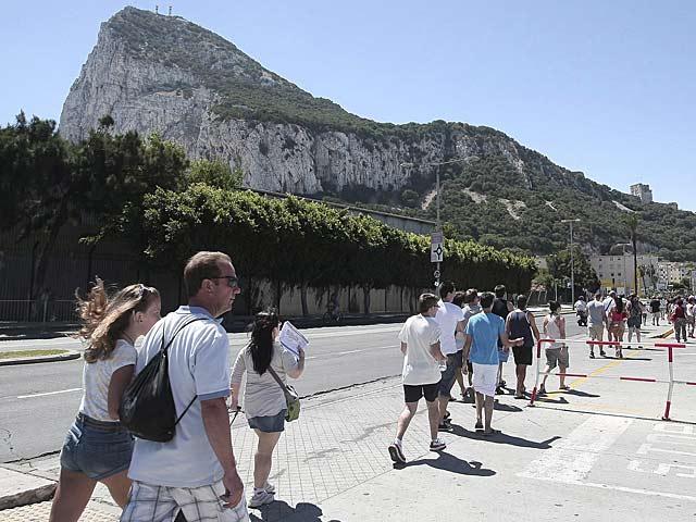Personas cruzando la frontera de Gibraltar a pie para evitar las colas.   Francisco Ledesma