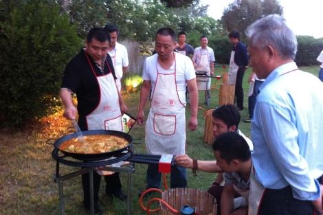 Los cocineros chinos elaborando una paella en Valencia.