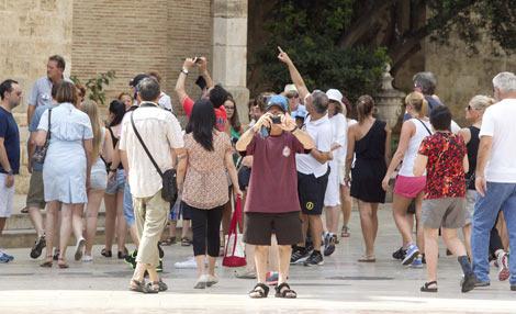 Un grupo de turistas en el centro de Valencia. | Benito Pajares