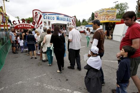 Niños y mayores hacen cola para acceder al circo, en el recinto ferial de Mendizabala. | A.P.