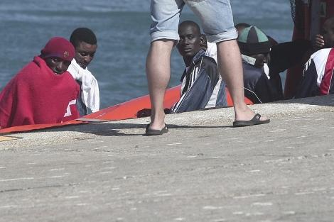 Los inmigrantes a su llegada al puerto de Tarifa. | Fco. Ledesma