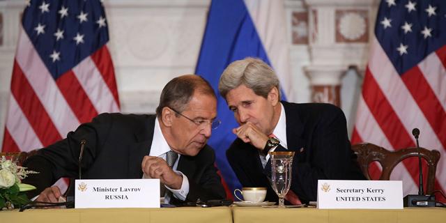 John Kerry charla con su homólogo ruso.| Afp