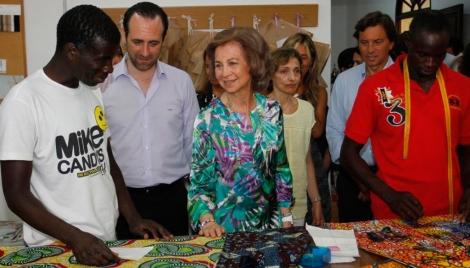 La Reina Sofía junto a las autoridades autonómicas durante la visita de hoy. | Jordi Avellà