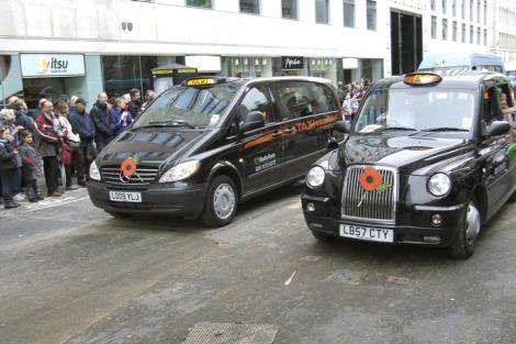 Una Mercedes Vito taxi, al lado del traicional ''black cab', en una calle de Londres. | El Mundo