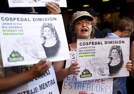 Protesta de 'preferentistas' contra Cospedal. | Foto: Javier Barbancho