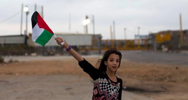 Una niña sostiene una bandera palestina en un territorio ocupado. | Afp