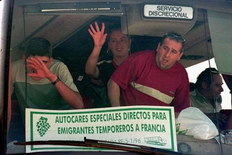 Varias personas salen desde Bailén hacia Francia para trabajar en la vendimia. | F. Vega