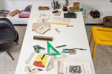 Mesa de trabajo del artista.