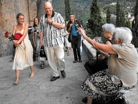 Galen Ayers, hija del músico y acompañada por John Altman, porta la urna con las cenizas. | A.V