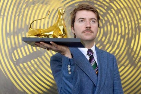 El director Albert Serra posa con el Leoprado de Oro en Locarno. | Efe