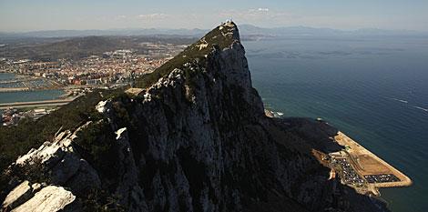 Gibraltar, con La Línea de la Concepción al fondo. | Jon Nazca / Reuters