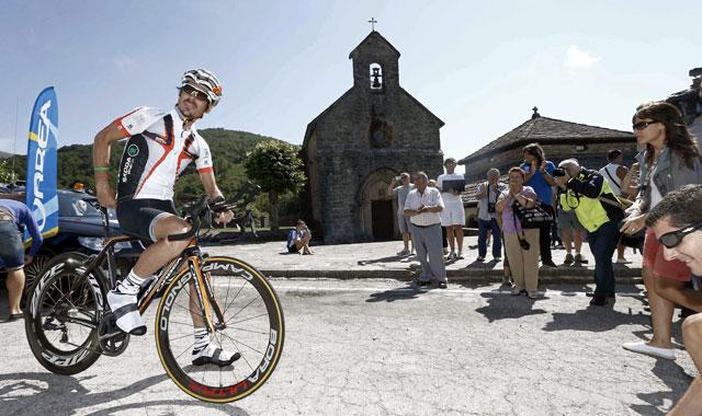 El donostiarra Mikel Azparren , posa antes de salir desde la Colegiata de Roncesvalles hacia Santiago de Compostela. | Efe