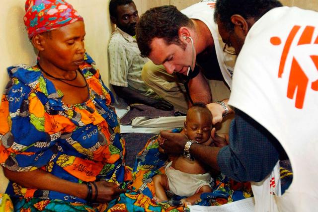 Foto de archivo de MSF tratando a un niño en el hospital situado en un campo de refugiados de Congo. | Efe