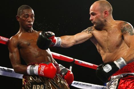 Romero, que defendía título, recibe un golpe en el rostro de Kiko Martínez. | Rich Schultz/ AFP