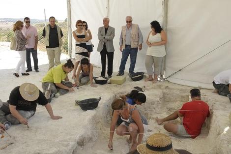 Un grupo de arqueólogos trabajando en los yacimientos. | Junta de Andalucía