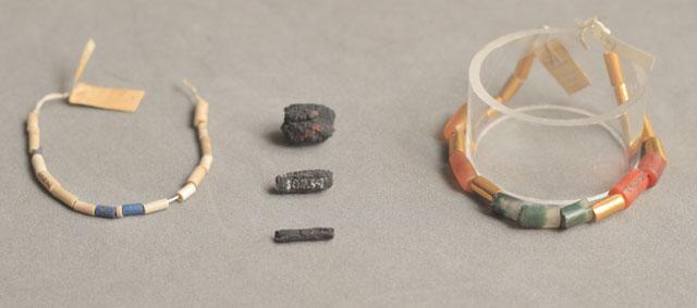 En el centro, los cilindros de hierro de meteorito, que se insertaban en collares como los de la imagen, alternándolos con piezas de oro, cornalina (marrón) o lapislázuli (azúl).| UCL Petrie/Rob Eagle