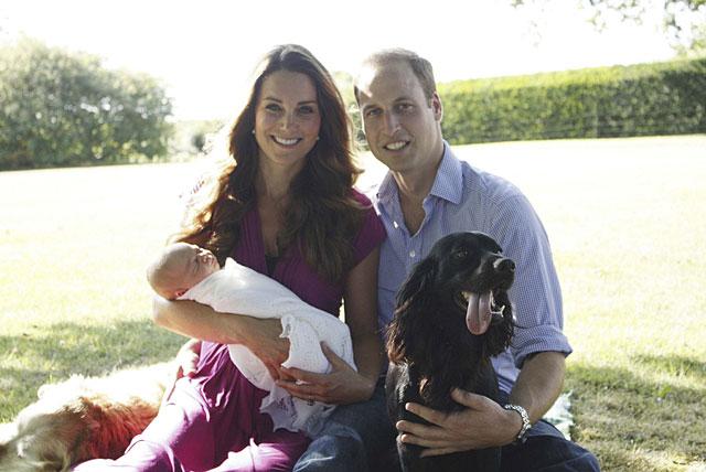 Los duques de Cambridge, con su bebé, su perro (d) y el de los Middleton. | Michael Middleton