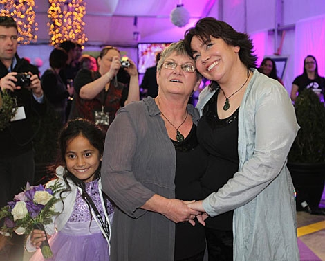 La primeras mujeres gays casadas del país, Lynley Bendall y Ally Wanikau.   Afp