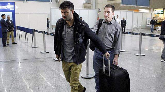 David Miranda (izq), compañero de Glenn Greenwald (der), en el aeropuerto de Río de Janeiro. Foto: Efe