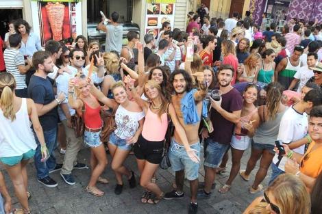 Numerosos jóvenes hacen botellón en calle Madre de Dios, | N. Alcalá