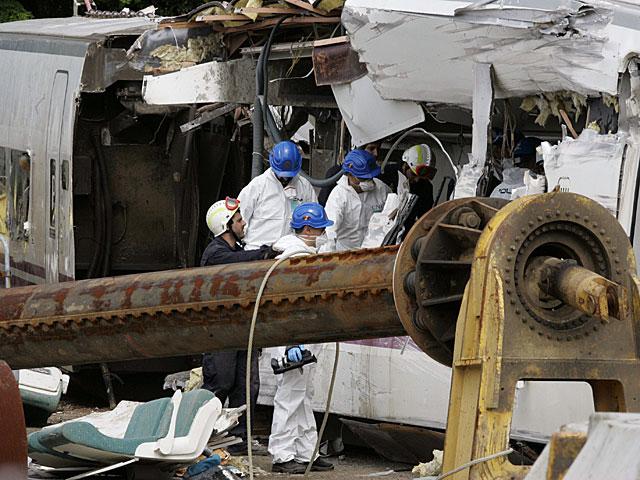 Agentes de la policía científica investigan y recogen datos en los vagones del tren.   Xoan Rey/Efe