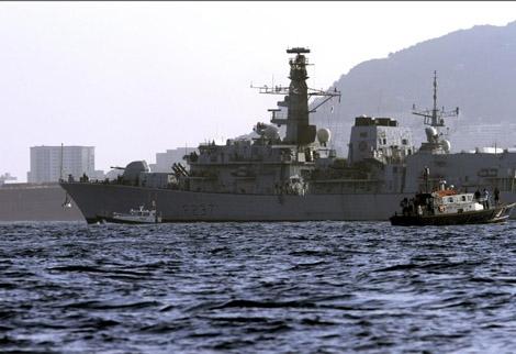 La fragata británica HMS Westminster (con el peñón al fondo), a su llegada a la base naval de Gibraltar, | Efe