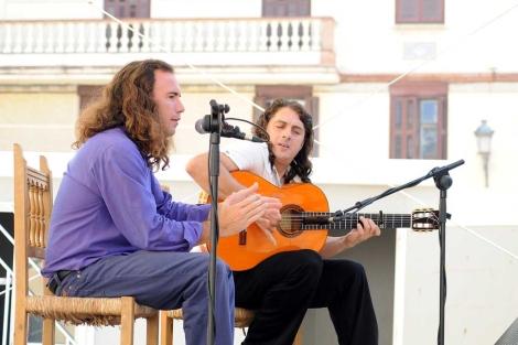 Luis Perdiguero y Luis El Salao durante su actuación en la plaza Jerónimo Cuervo.   N. Alcalá