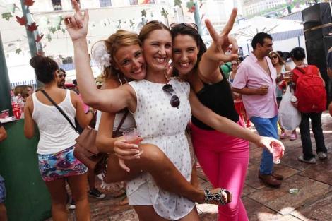 Tres amigas disfrutan de la feria del centro.   J. Domínguez